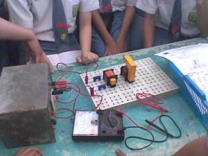 Praktikum di laboratorium fisika SMAN 11 SBY: Transformator. | MuARa's